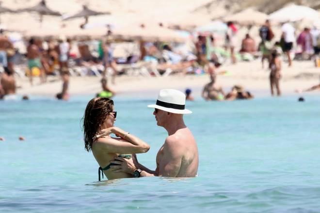 Aida Yespica, vacanze hot: toccatine al mare a Ibiza col fidanzato milionario