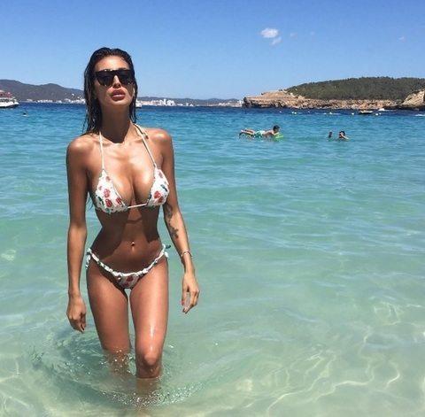 Cristina Buccino, sirenetta sexy a Ibiza: la foto del décolleté esplosivo è virale